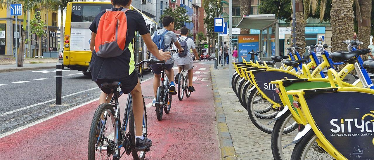 Un grupo de chicos pasan en bicicleta por el carril de la plaza de La Feria, el más frecuentado de la capital.