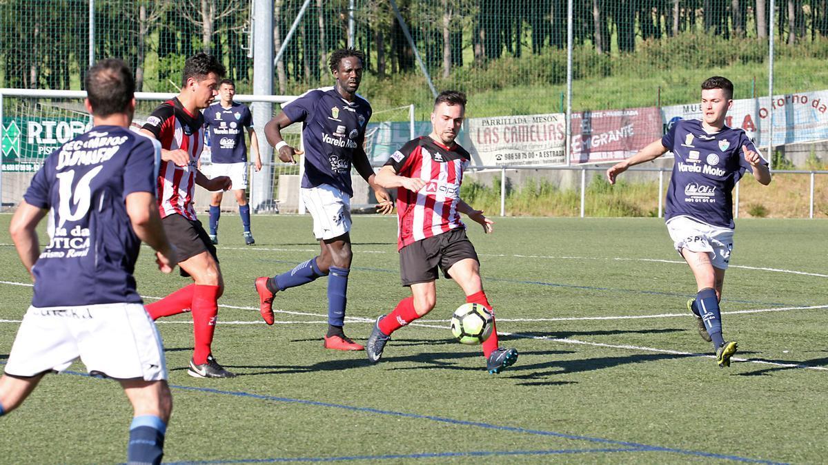 Partido de fútbol entre el Estudiantil CF y el Atlético Arteixo.