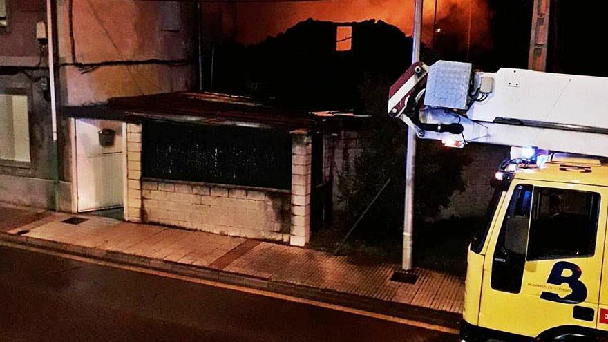 Dos incendios dañan cuatro viviendas de Mieres y Langreo sin provocar heridos