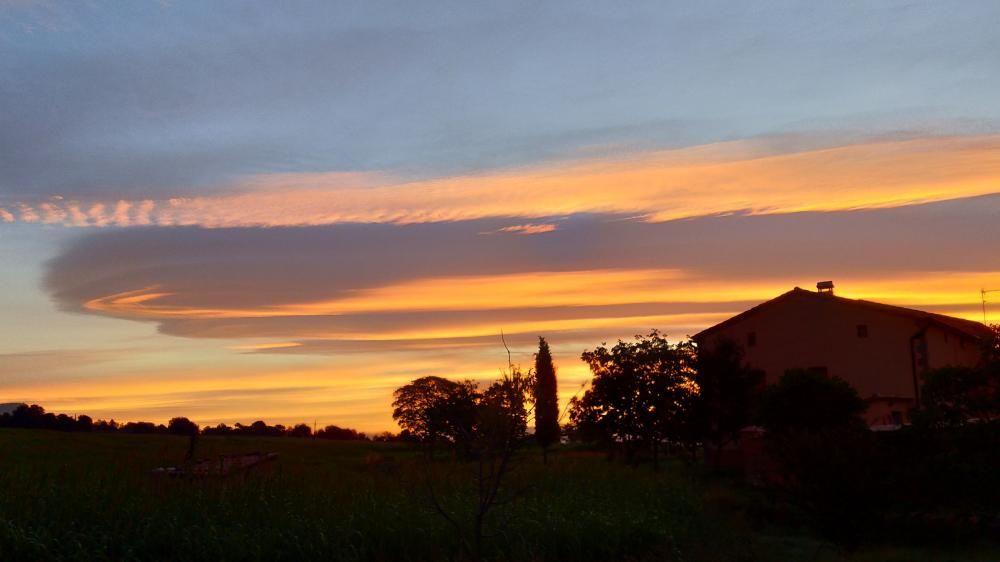 Montmajor. La imminent sortida de sol, juntament amb un cel tapat, donava color a la matinada.