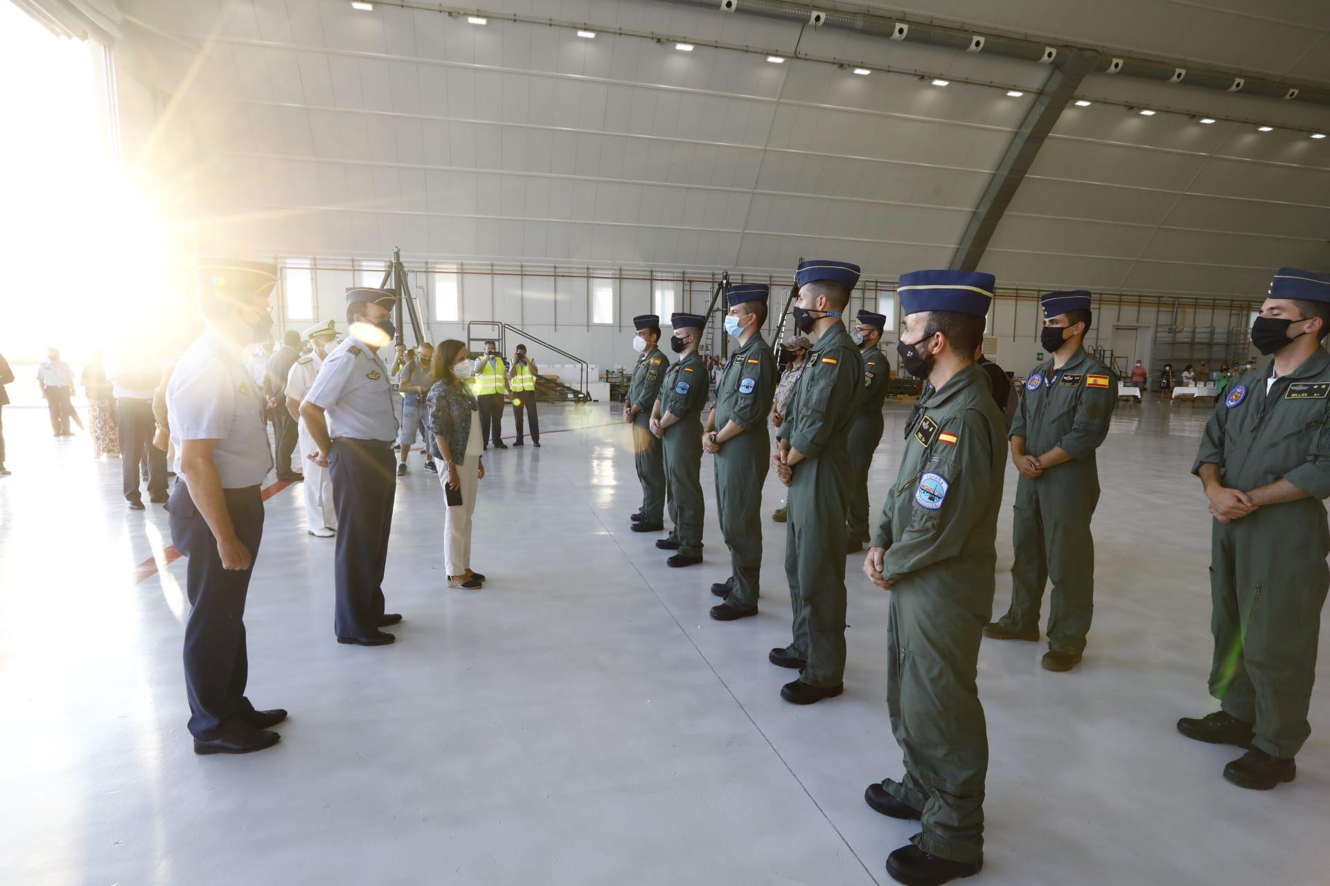 Margarita Robles llega a la base aérea de Zaragoza para recibir a los militares procedentes de Afganistán.
