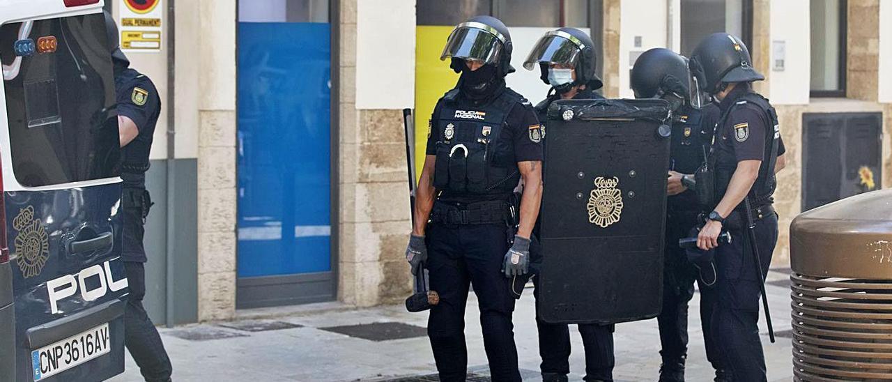 Policías nacionales tras el registro de la casa del sospechoso del tiroteo en Palma.