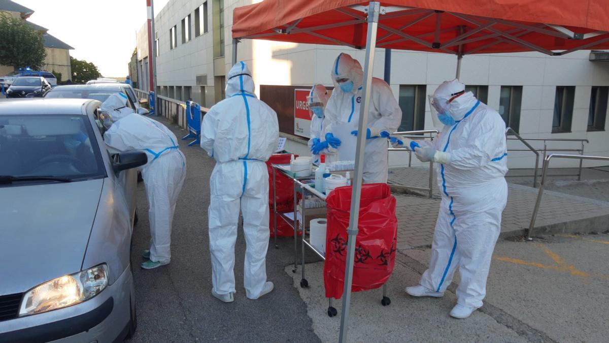 Sanitarios realizando test de coronavirus