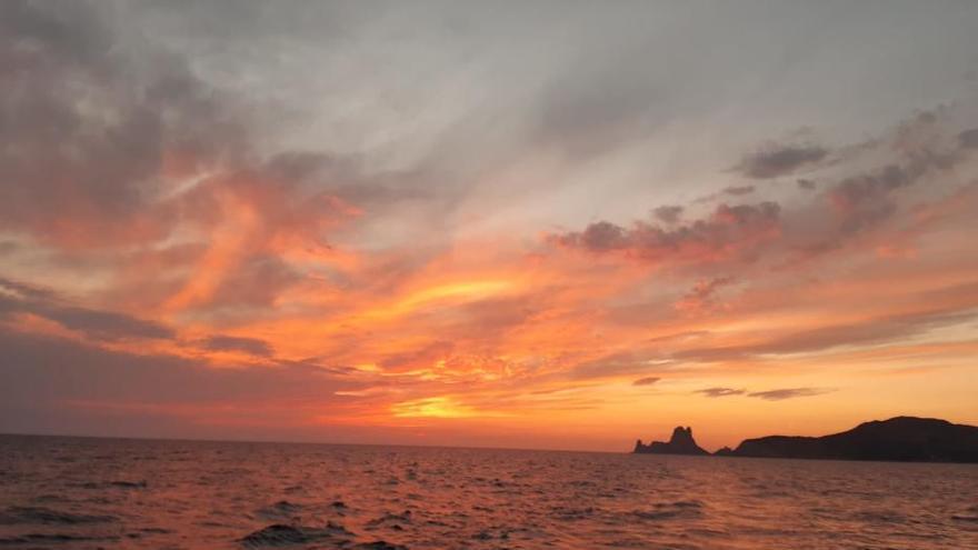 Cinco usuarias de la Oficina de la Dona disfrutan de un viaje terapéutico por el mar de Ibiza