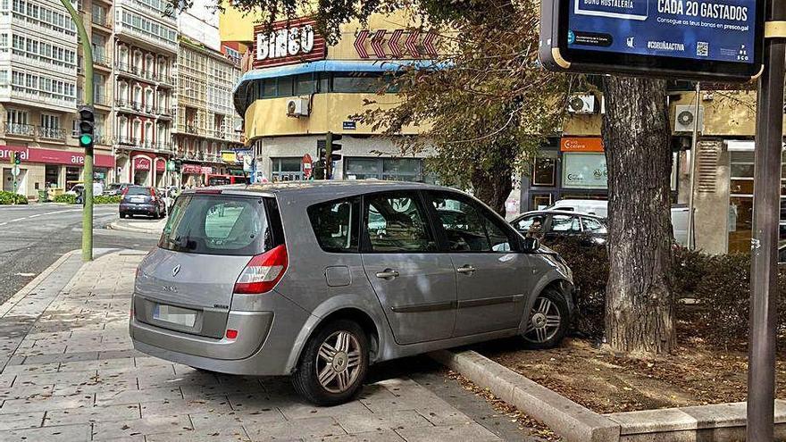 Un coche invade la acera en Cuatro Caminos