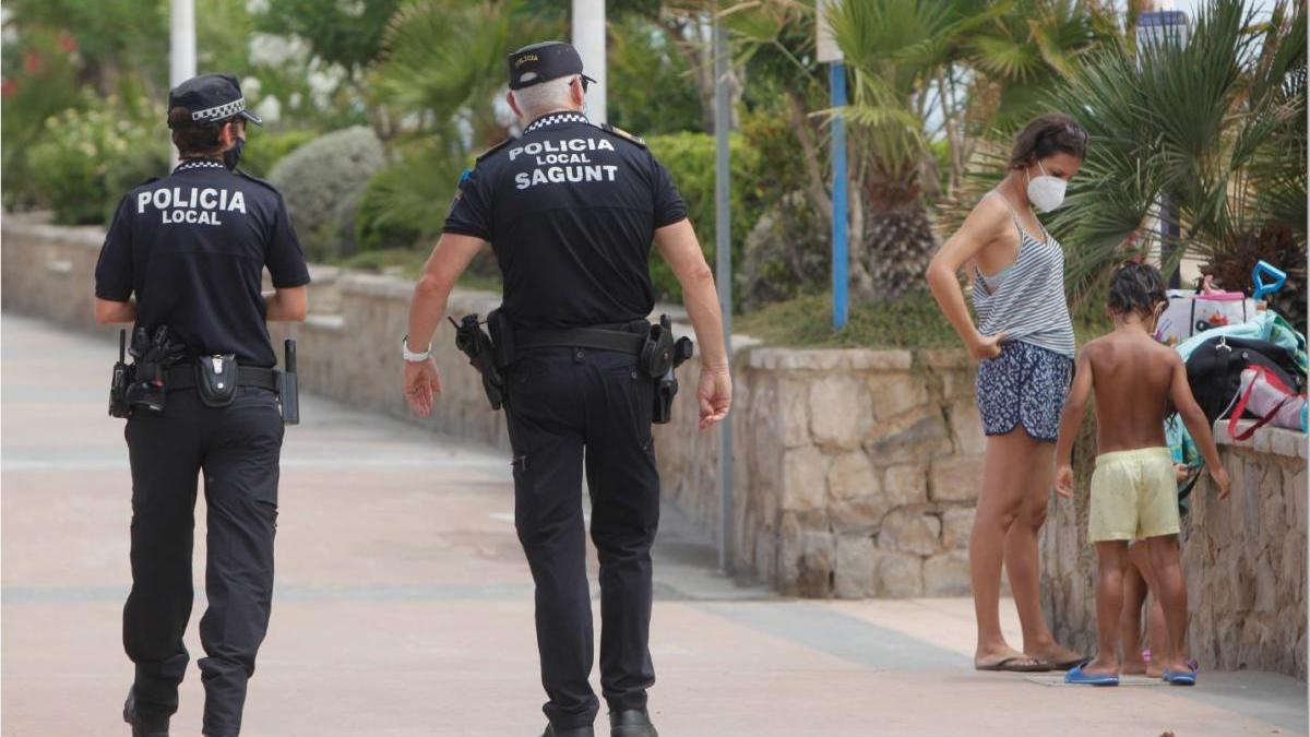 Dos agentes patrullan por la ciudad.