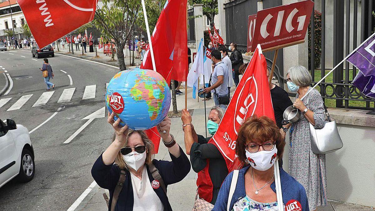 Participantes en la protesta de profesores, ayer, en Santiago.