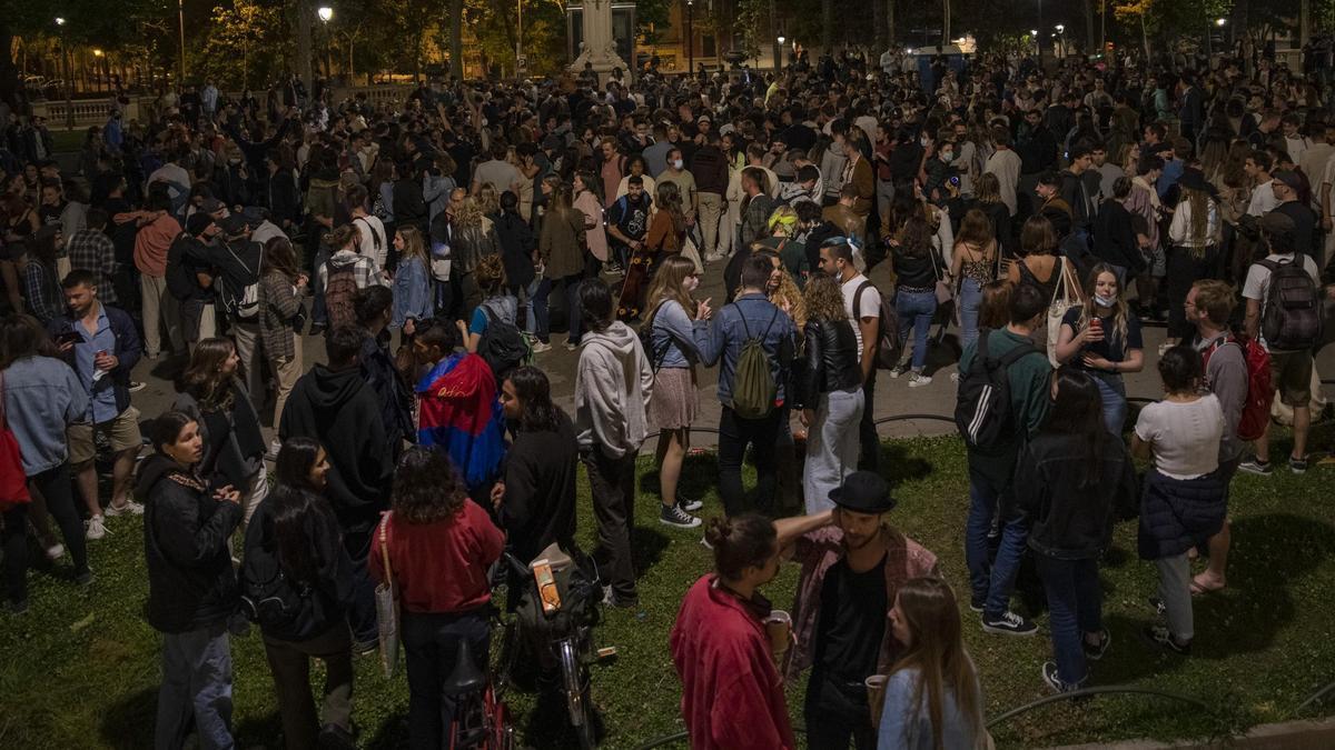 Jóvenes en Barcelona en la primera noche sin estado de alarma.