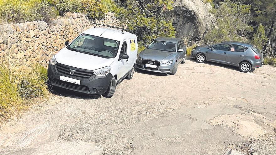 Alaró multará desde ahora a los coches que aparquen en la carretera del Castell