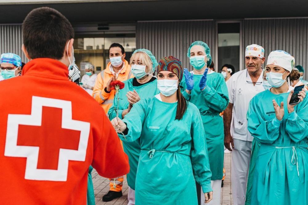 Una flor de Cruz Roja para los sanitarios de Gandia