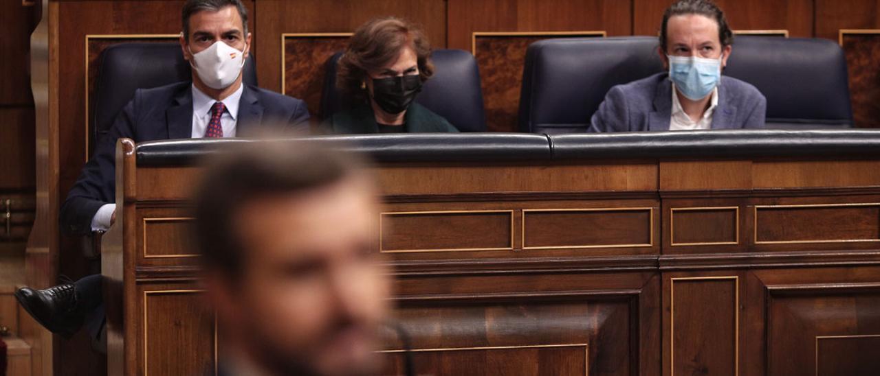 Sánchez, Calvo e Iglesias observan a Casado tras su intervención.
