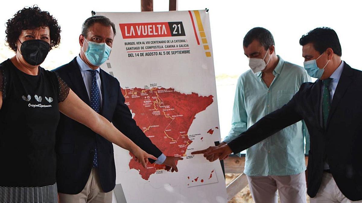 Mª Ángeles Túnez, Marcos Ortuño, Javier Guillén y José Luengo posan con el cartel de La Vuelta   L.O.