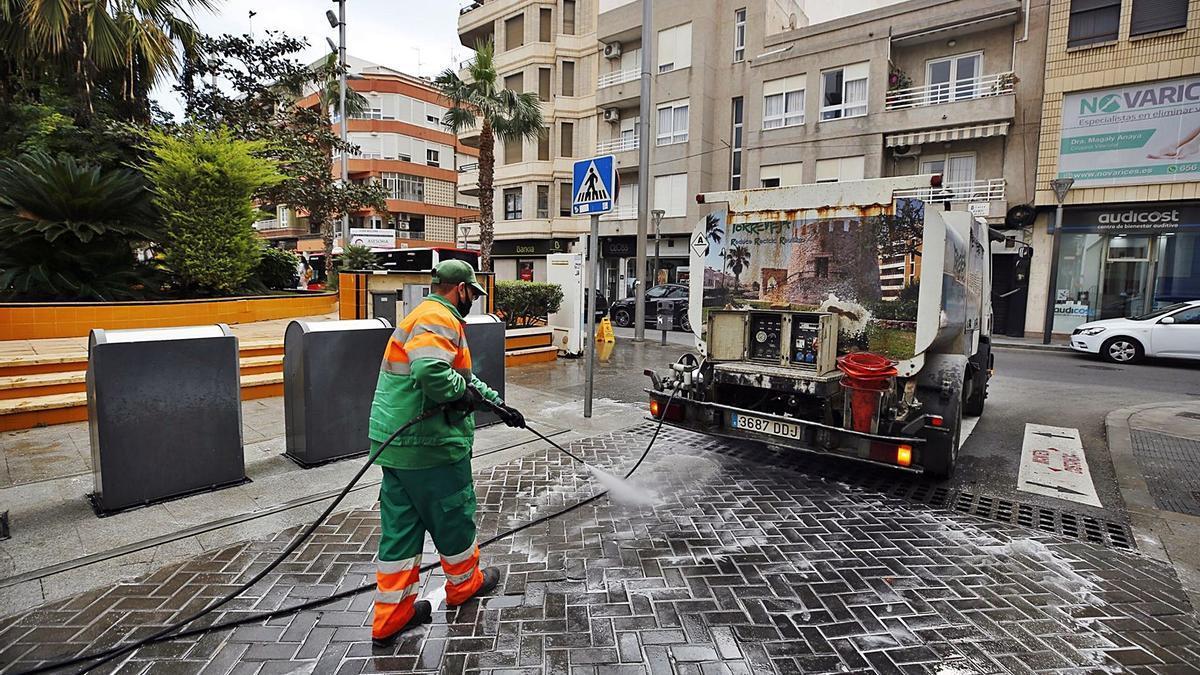 Imagen de la limpieza viaria y recogida de basura de Torrevieja, que realiza Acciona sin contrato desde junio de 2016.  | J.CARRIÓN