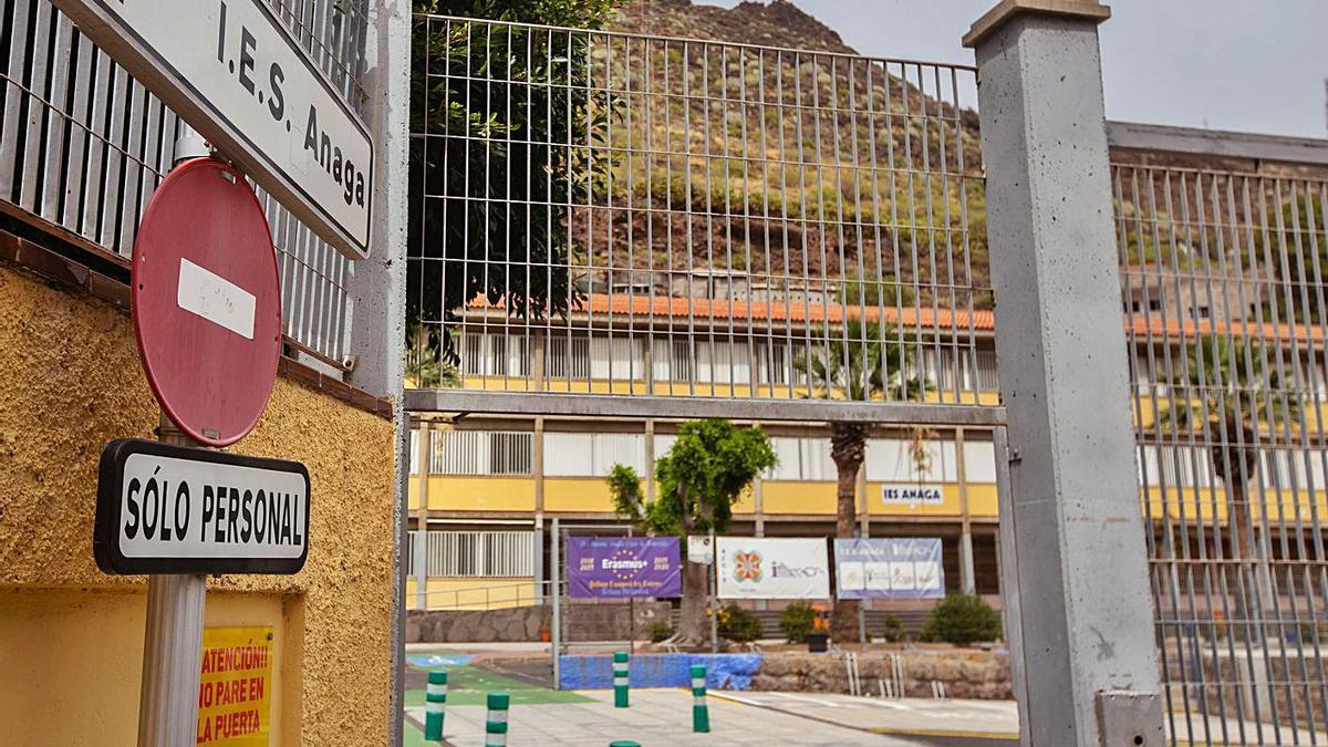 Instituto de Enseñanza Secundaria Anaga, en Santa Cruz de Tenerife, en el que se prohíbe a una alumna llevar un top a clase.