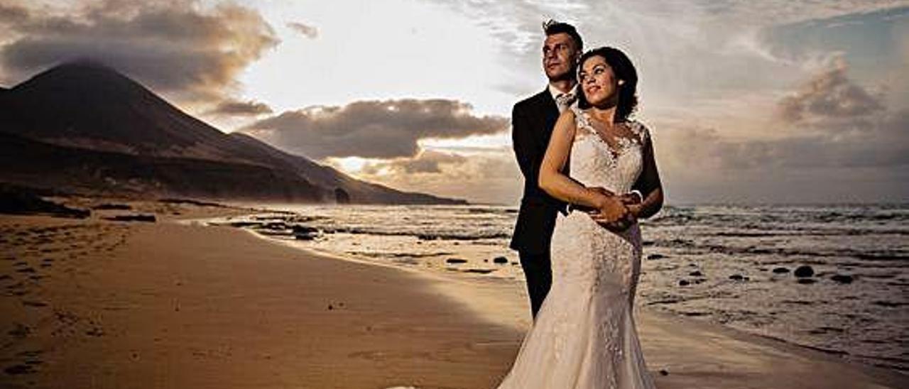 Imagen de la pareja Antonio y Delioma tras contraer matrimonio, posando en la playa de Cofete.