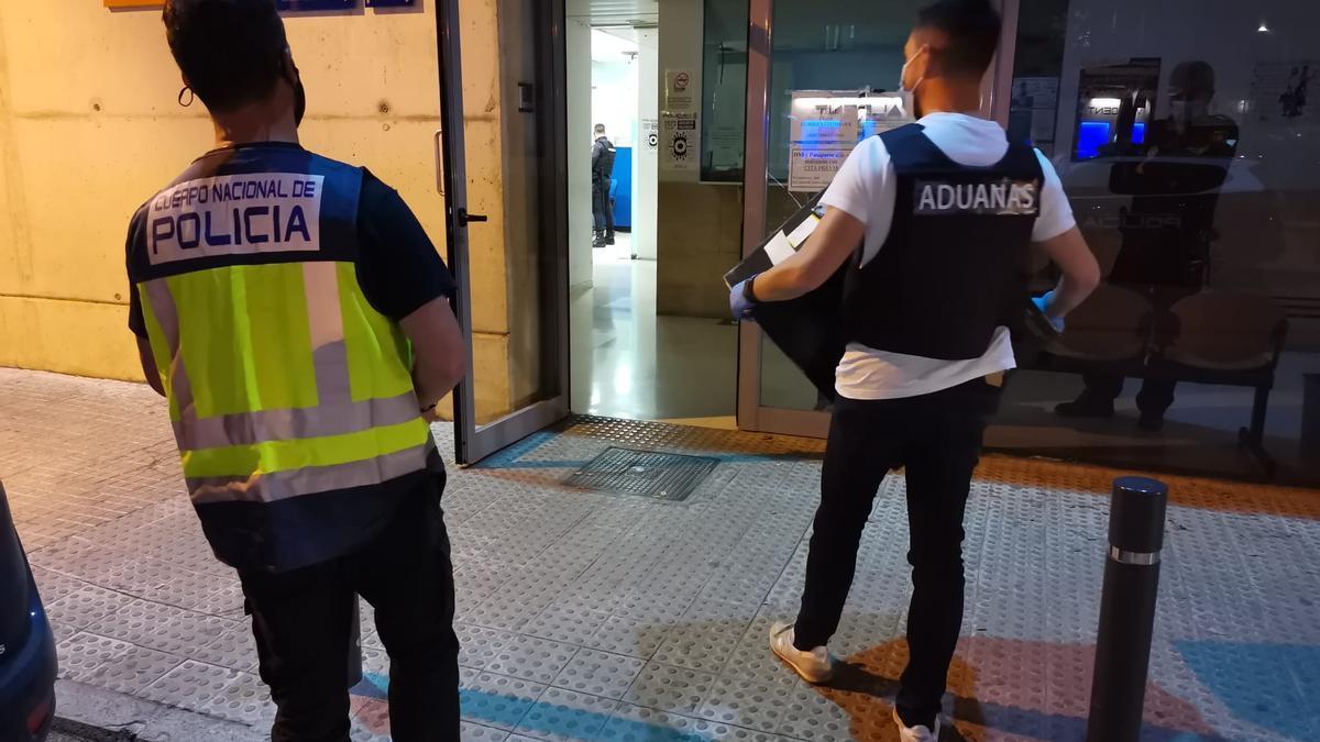 Dos de los agentes que participaron este viernes en el operativo policial.