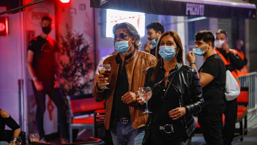 """Feijóo recuerda que la mascarilla es obligatoria sin distancia: """"El virus sigue trabajando"""""""