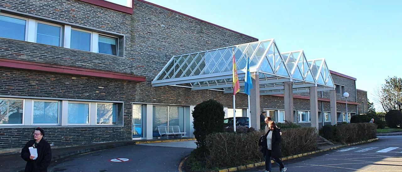 Usuarios del centro coañés, en la entrada principal del hospital, en una imagen de archivo. | T. Cascudo