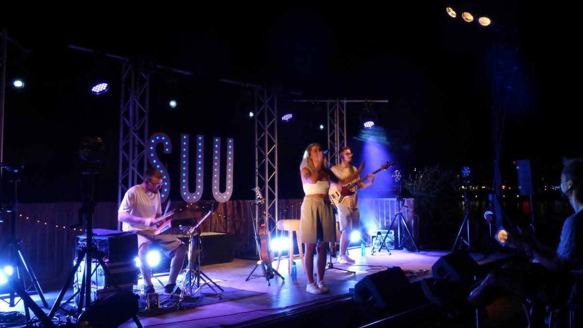 La cantant Suu va oferir un concert d'allò més íntim al festival Portalblau de l'Escala.