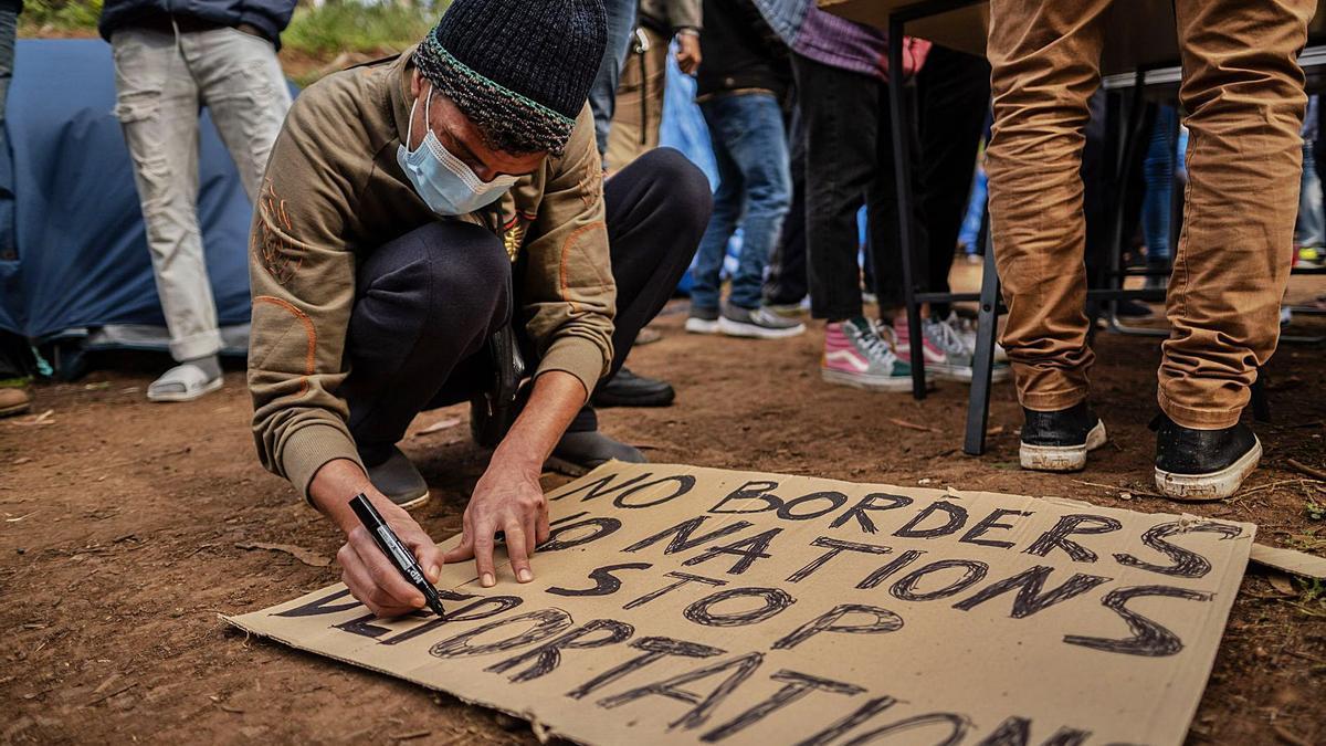 Tareas de preparación de las pancartas que se usarán hoy en la manifestación entre Las Raíces y el centro de La Laguna.