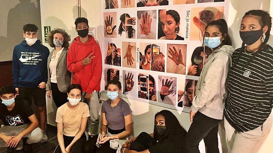 Nois i noies de Ksameu donen vida a l'exposició «T'estimo»