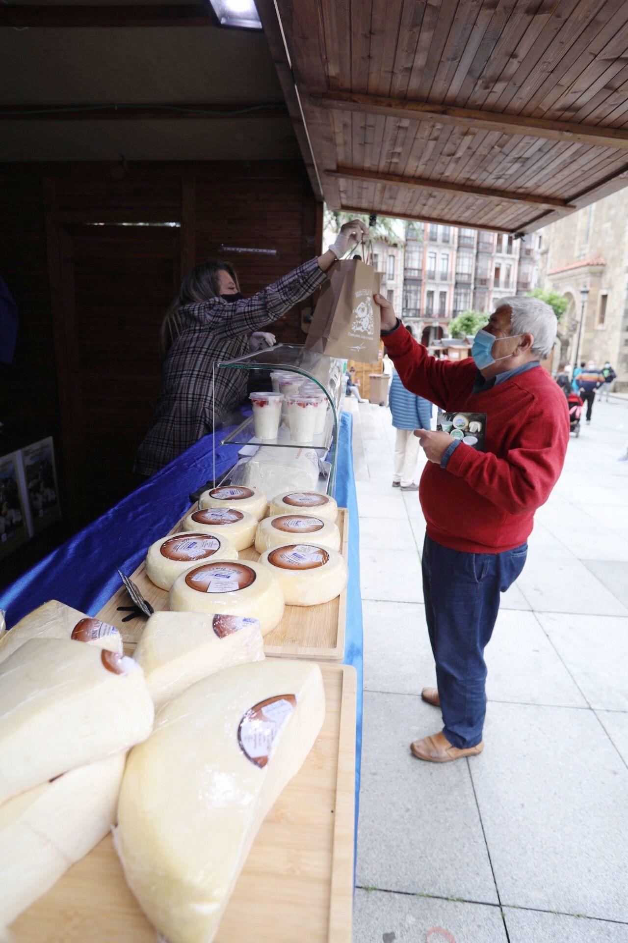 Primera jornada de la feria del queso de Avilés