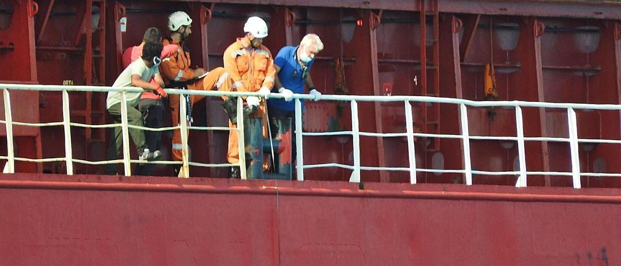 Los expertos toman medidas mientras miembros de la tripulación observan. | C.C.