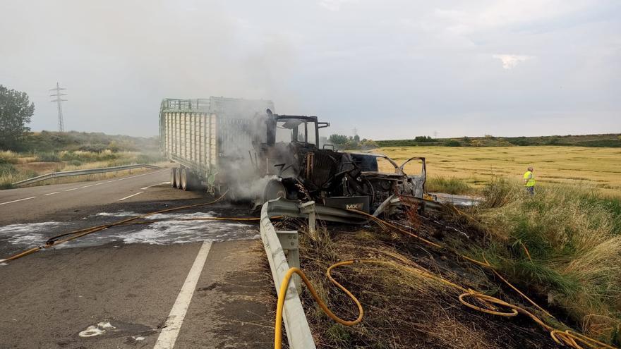 El remolque de un tractor cargado de alfalfa se incendia en la A-131 tras chocar con una furgoneta que transportaba leña