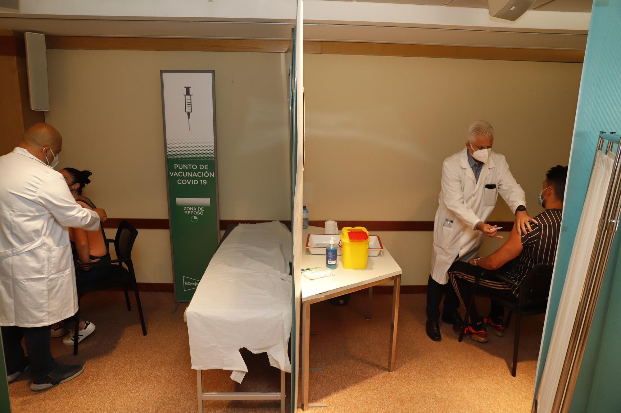 Vacunación contra el covid a la plantilla de El Corte Inglés en Málaga