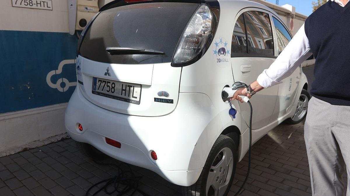 Un vehículo eléctrico es recargado en Tabacalera.