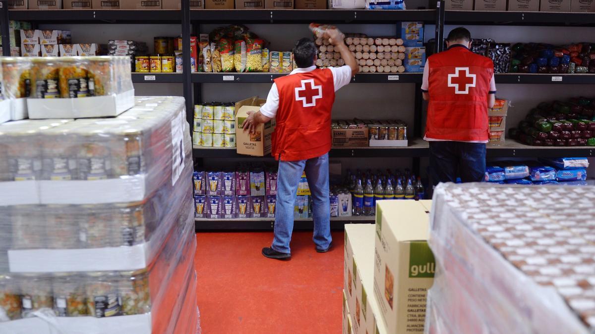 Voluntarios de Cruz Roja colocan alimentos