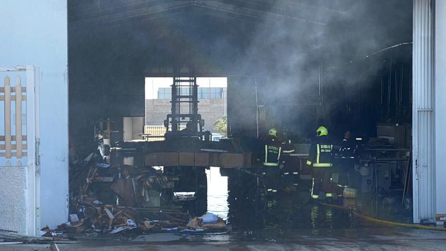 Incendio en una fábrica de muebles de cocina de Arinaga