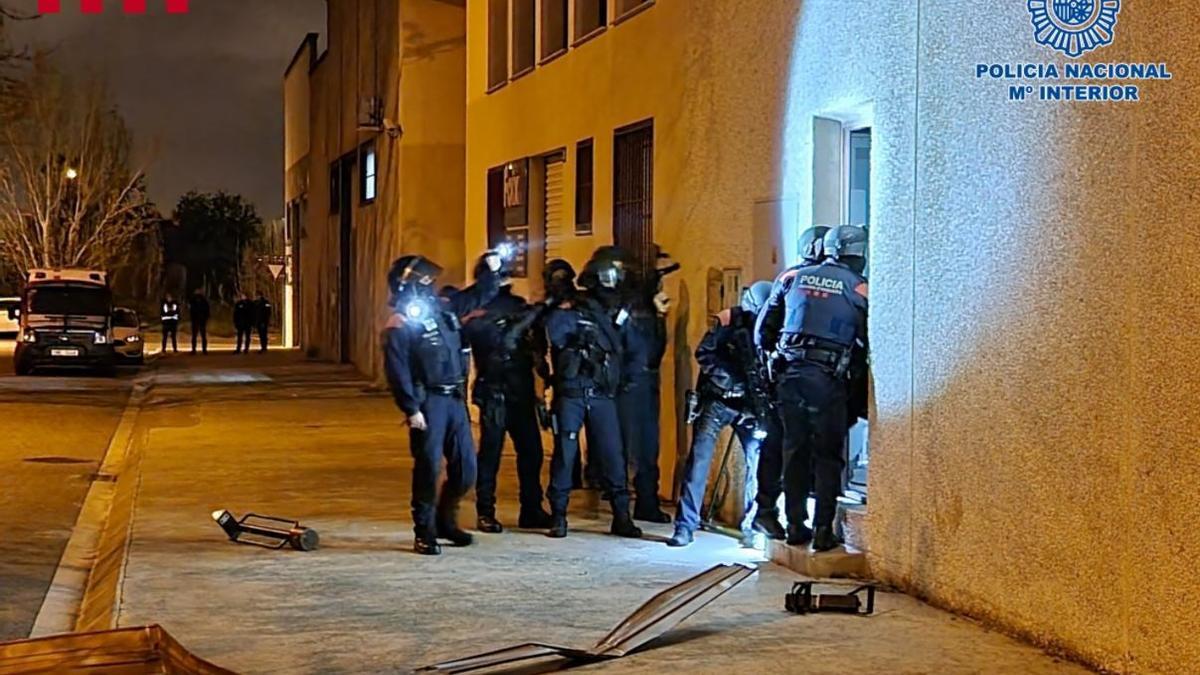Mossos y Policía Nacional durante el operativo antidroga.