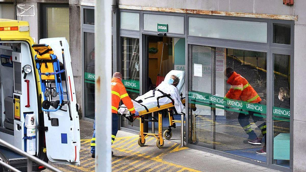 Traslado de un paciente a Urgencias del Hospital Montecelo.