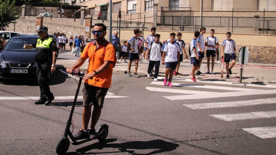 Alcoy prohibirá que los patinetes y bicicletas circulen por las aceras y obligará a usar casco
