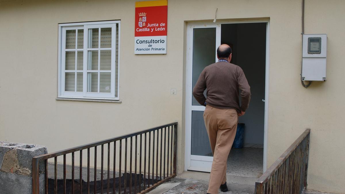 Una persona entra a un consultorio médico de un pueblo