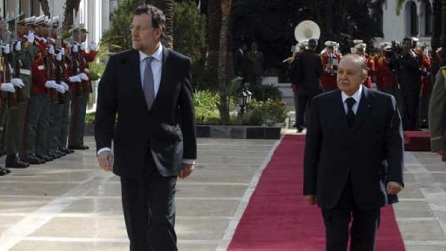 Rajoy estrecha su trato con Argelia