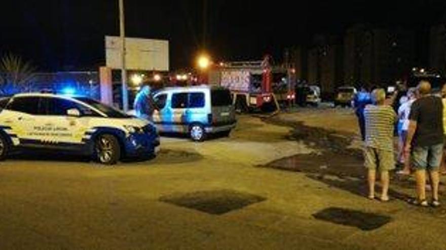 Un fuego por un cortocircuito quema ocho coches en La Feria