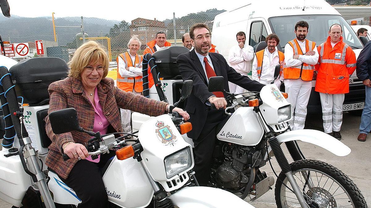 Isaura Abelairas en 2002 presentando las nuevas motos del servicio de Limpieza con el entonces alcalde Lois Pérez Castrillo (BNG). Cameselle.jpg