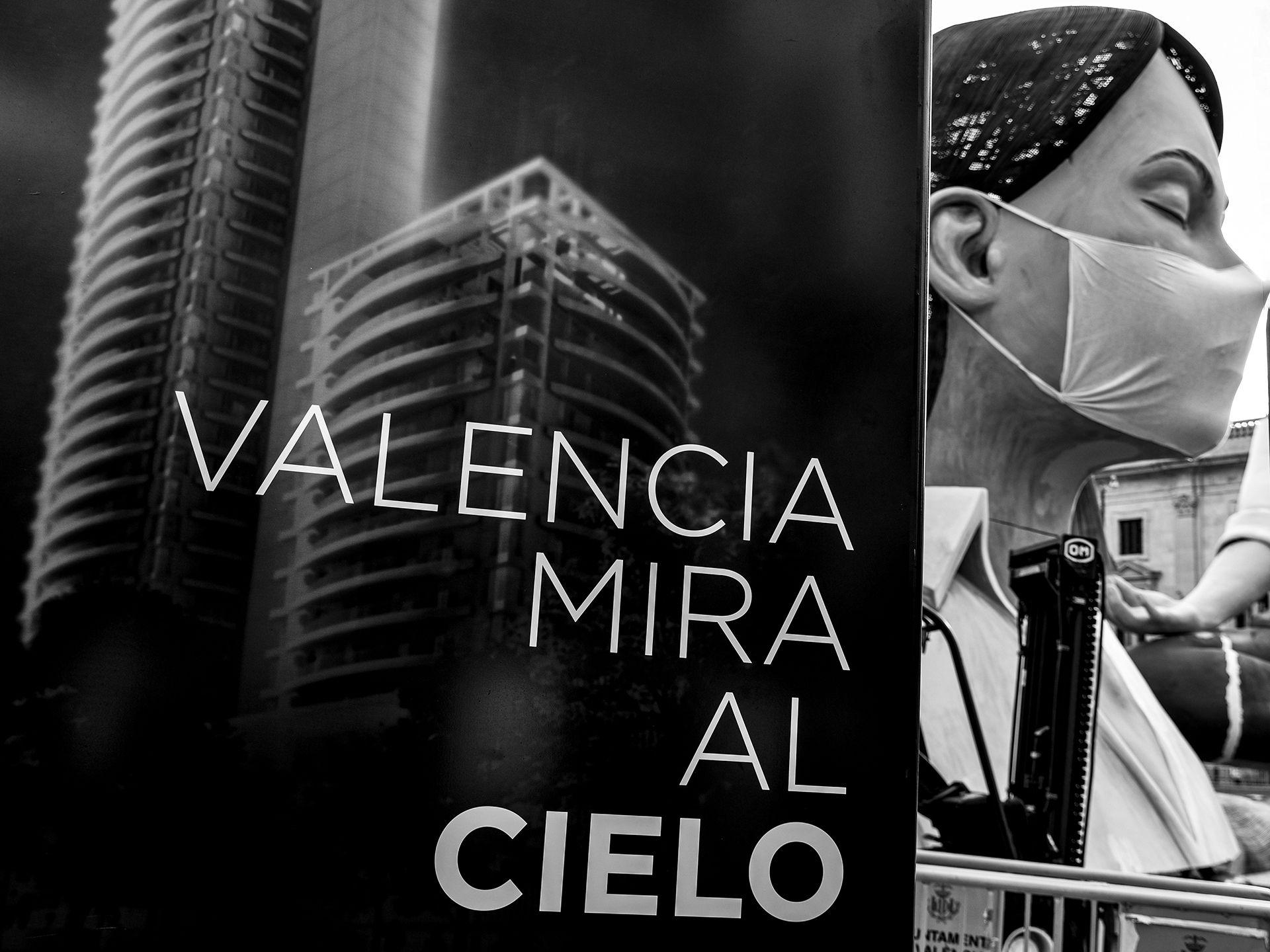 """1º Accesit Blanco y Negro. """"València mira al cel""""  Autor: Juan Francisco Grau Benavent"""