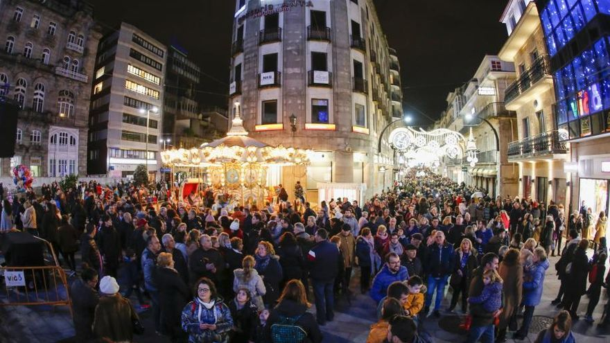Las luces de Navidad de Vigo pueden con el frío y la lluvia