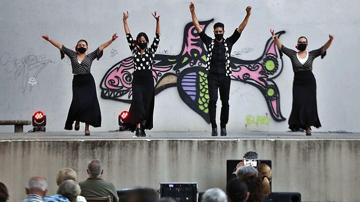 Un instante de la actuación de un grupo en el Festival Folclórico Internacional, ayer en Castrelos.