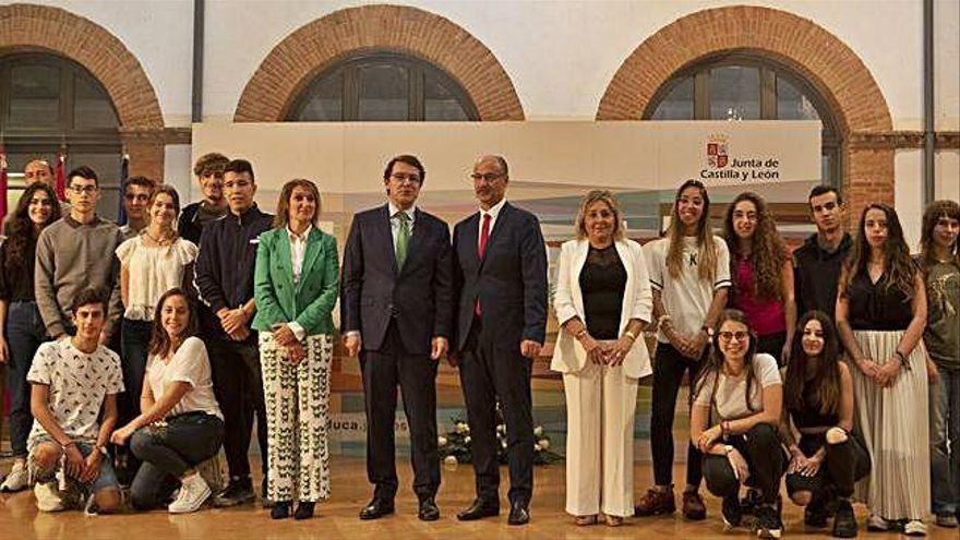 El presidente de la Junta (en el centro), entre la consejera de Educación, Rocío Lucas, y el presidente de las Cortes, Luis Fuentes, rodeados por la directora y alumnos del IES Claudio Moyano.