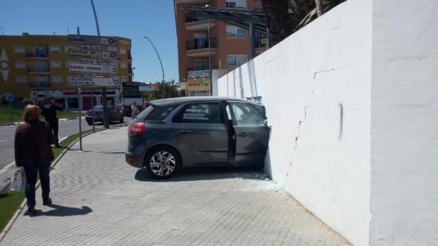 Un coche se empotra contra la pared de un polideportivo municipal