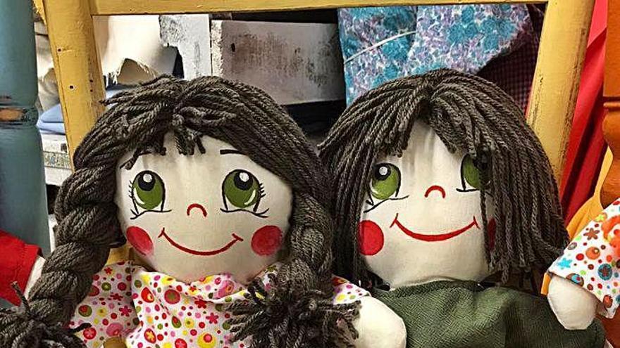 Dues nines, la Clara i el Cesc, fan costat als més necessitats