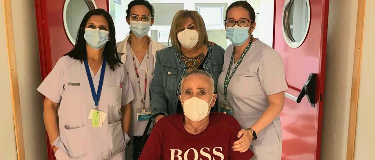 la jefa de Sección de Medicina Intensiva, la doctora Mónica Díaz, y las intensivistas Ana Belén González y Conchi Zazo, junto al primer paciente incluido en la consulta y una familiar