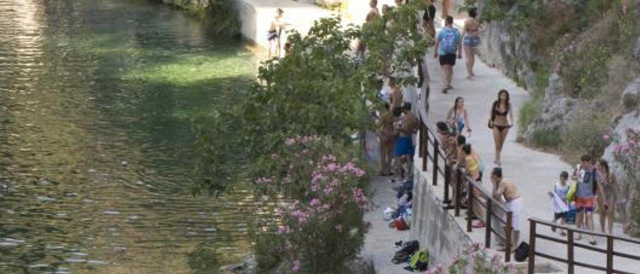 Bañistas en el Pou Clar durante el verano del 2019, antes de la pandemia.   PERALES IBORRA