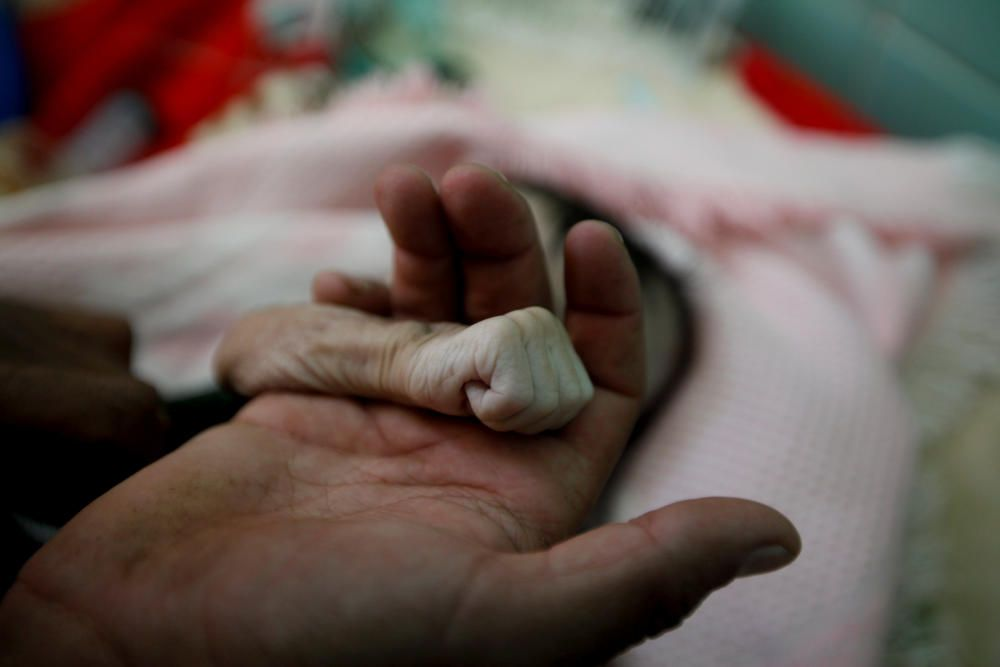 A Picture and its Story: Yemeni father mourns ...