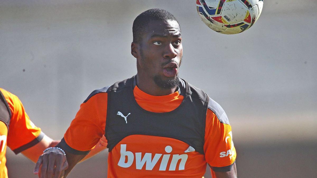 Geofrey Kondogbia controla el balón con la cabeza durante un entrenamiento pasado con el Valencia CF. | VCF