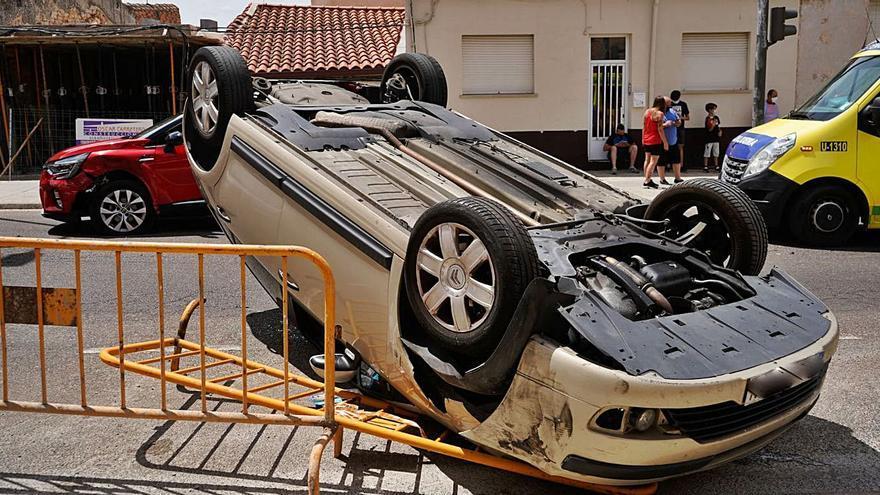 El vuelco de un coche en la carretera de La Hiniesta deja un herido leve